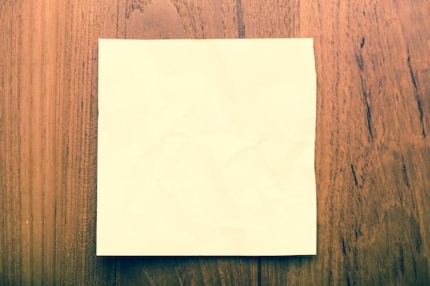 白紙のメモ用紙のメッセージをクローズアップ