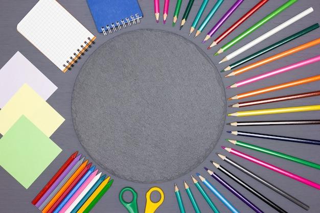Пустые блокноты для заметок, яркие цветные карандаши, ножницы с круглой меловой доской