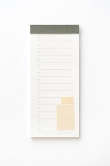 クリッピングパスで白に分離された空白のメモ用紙パッド。閉じる。