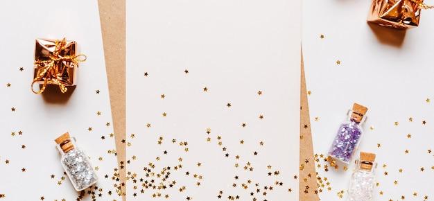 Пустая записка с конвертом, подарками и звездами золотой блеск на белом фоне