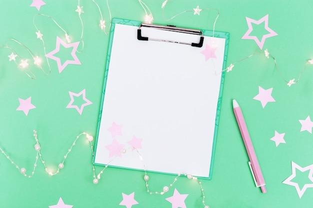 미래, 크리스마스 장식에 대한 목표 목록을 만들기위한 빈 노트와 펜