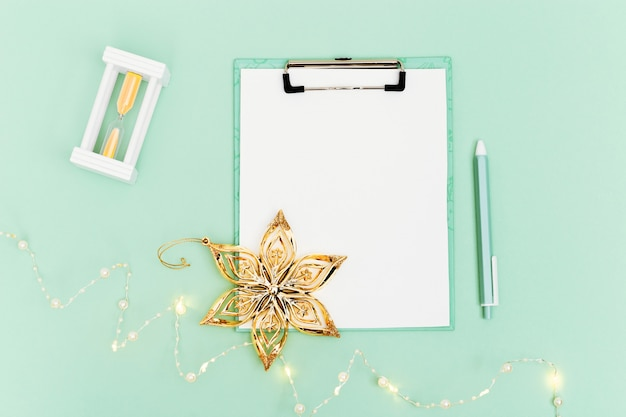 미래의 목표 목록을 만들기위한 빈 노트와 펜