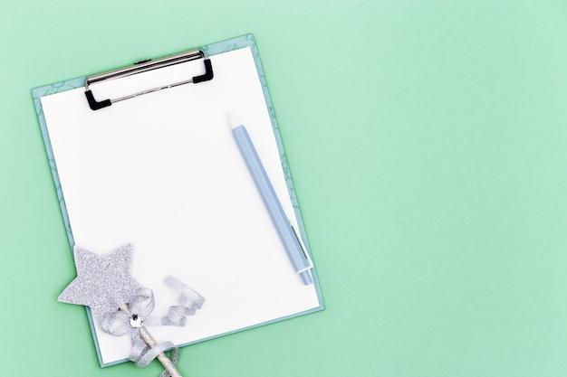 목표 목록을 만들기위한 빈 노트와 펜