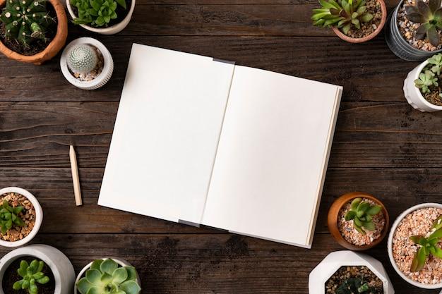 Quaderno bianco piatto con piante
