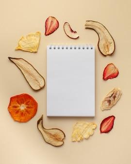 テキスト、フルーツチップスの空白のノートブック