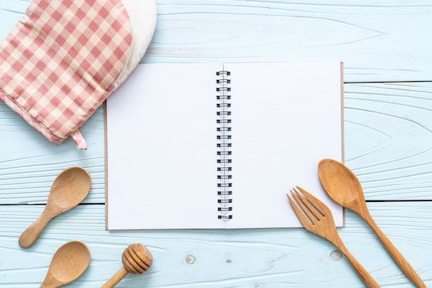 コピーsapceと木の表面にテキストノートの空白のノートブック
