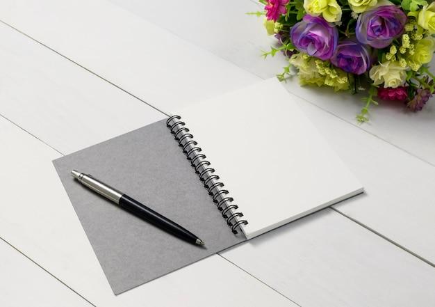 빈 노트북 나무 흰색 테이블 배경까지 조롱