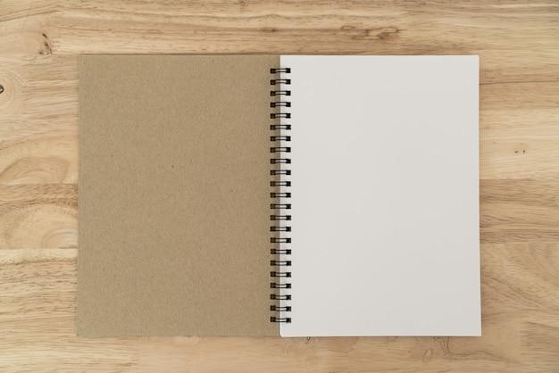 テーブルの上の空白のノートブック