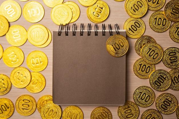 황금 동전, 평면도와 빈 노트북 또는 달력