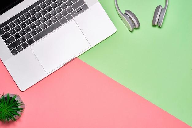 다른 개체가 있는 파스텔 색상의 배경 사무실 책상에 있는 빈 노트북 페이지