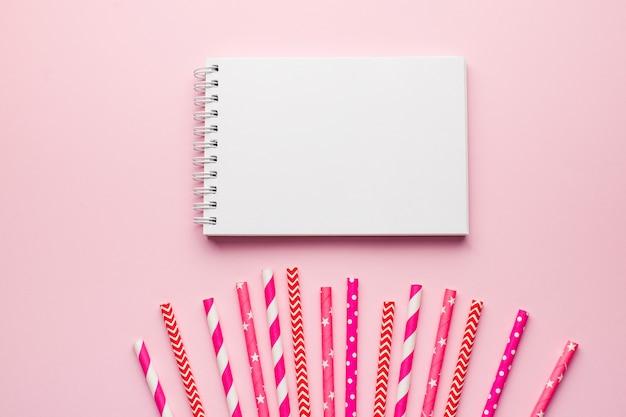 빈 노트북, 칵테일 핑크 종이 튜브