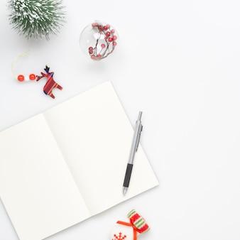 クリスマスの装飾と空白のノートブック
