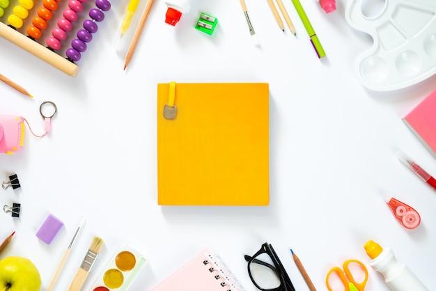 Пустой блокнот со школьными принадлежностями. плоская планировка. копировать пространство