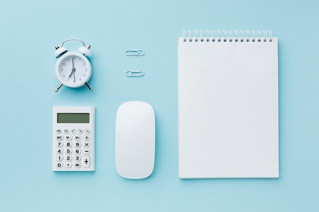 空白のメモ帳と目覚まし時計