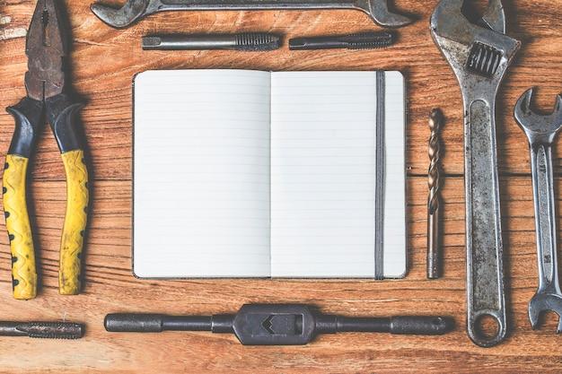 Пустой блокнот и умный телефон, используемый на столе офиса