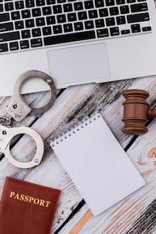 手錠付きのコピースペースとガベル用の空白のメモ帳。上面図フラットレイ。礼儀と罰の概念。白い木製のテーブル。