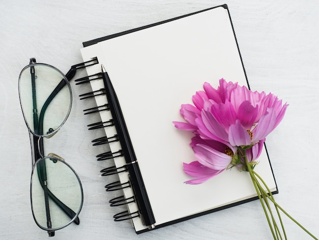 빈 메모장 페이지와 아름다운 꽃