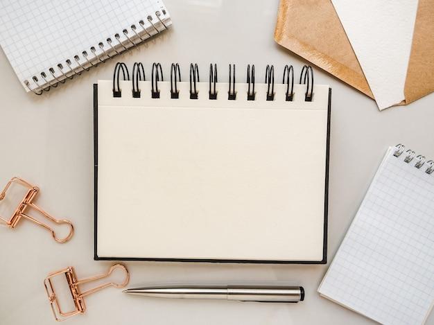 Пустая страница блокнота для поздравительного сообщения. крупным планом, вид сверху. нет людей. концепция подготовки к празднику. поздравления родным, друзьям и коллегам