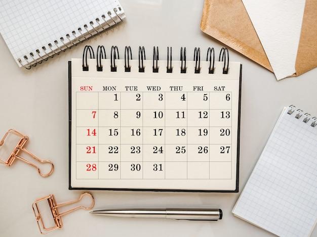 Пустой блокнот и календарь для поздравительного сообщения. крупным планом, вид сверху. нет людей. концепция подготовки к празднику. поздравления родным, друзьям и коллегам