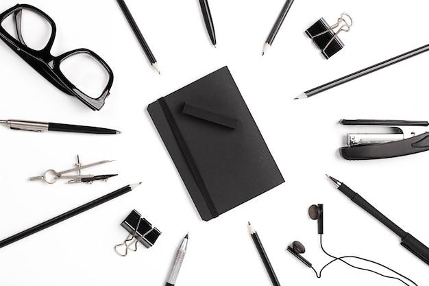 Пустой блокнот с плоскими зажимами, ручками и очками.