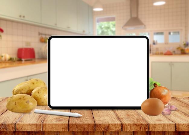 Пустой экран планшета на столе