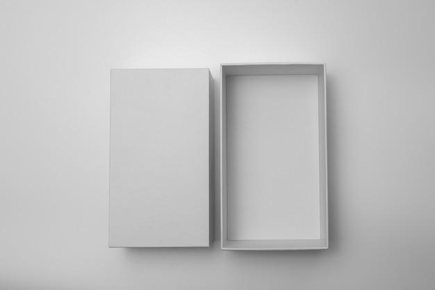 Пустая открытая прямоугольная коробка с отдельной крышкой коробки, изолированные на фоне