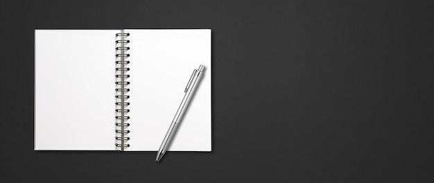 Пустой открытый спиральный макет ноутбука и ручка, изолированные на черном горизонтальном баннере