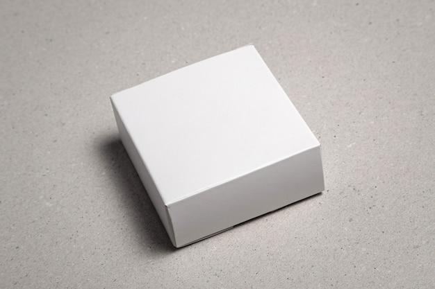 회색 테이블에 빈 포장 상자