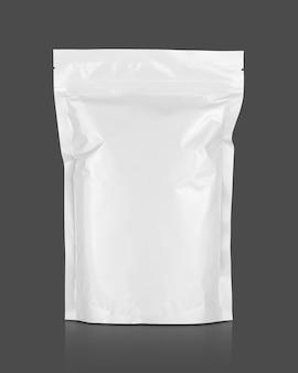 클리핑 패스와 함께 회색 배경에 고립 된 빈 포장 흰색 알루미늄 호일 지퍼 파우치