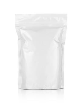 Пустая упаковка из белой алюминиевой фольги на молнии на белом фоне с обтравочным контуром