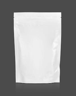 Пустой упаковочный белый мешочек на молнии, изолированный на серой поверхности с обтравочным контуром, готовый для дизайна упаковки пищевых продуктов