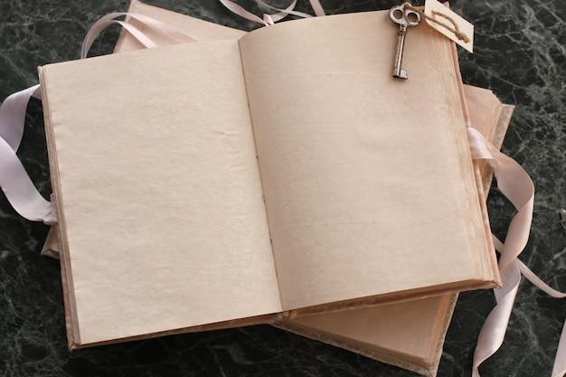 빈 페이지는 녹색 대리석 조리대에 빈티지 책을 열었습니다.