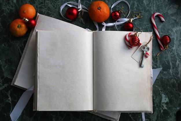 空白のページは、緑の大理石のカウンタートップにヴィンテージの本を開きました