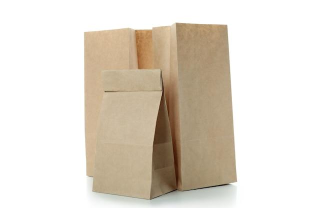 Пустые бумажные пакеты, изолированные на белом фоне