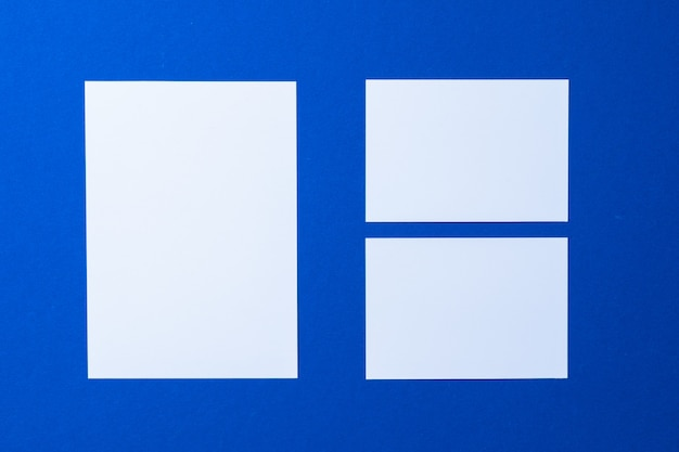 Чистый лист бумаги бизнес макет на классической синей стене