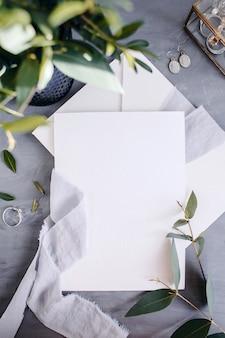 빈 종이 복사 공간. 꽃 프레임입니다. 실크 리본. 회색 배경입니다. 심플한 꽃다발. 인사말 카드.