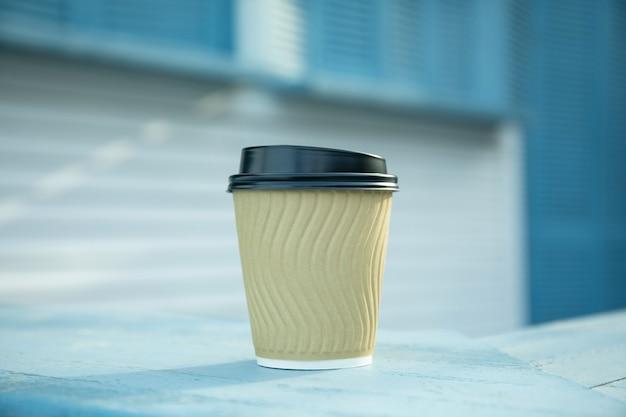 Пустой бумажный стаканчик на открытом воздухе, место для текста