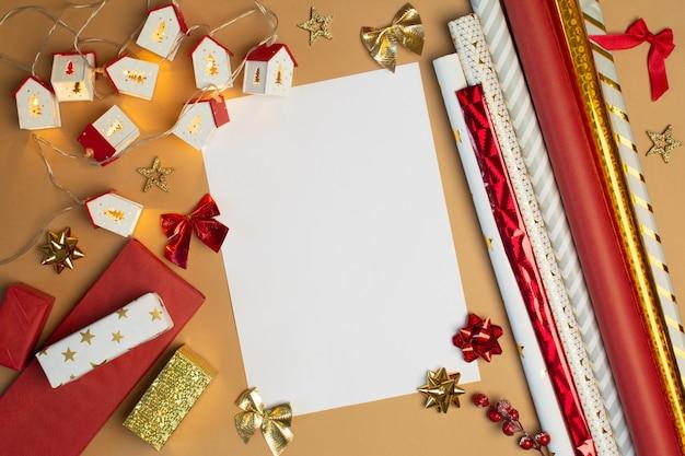 베이지색 배경에 크리스마스 장식이 있는 텍스트용 빈 종이