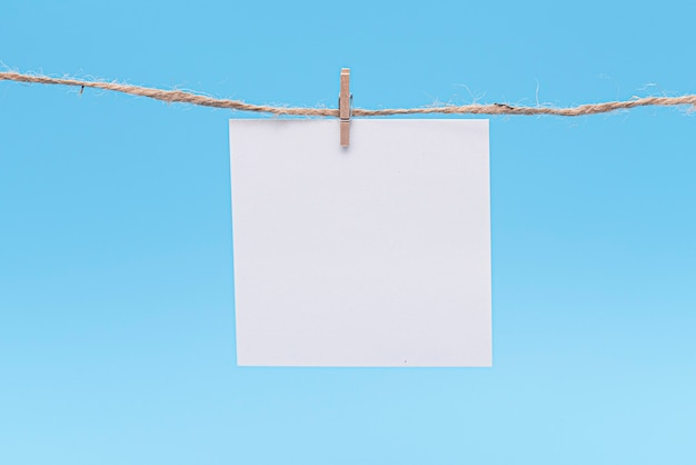 白紙、ピンでロープにぶら下がっています。