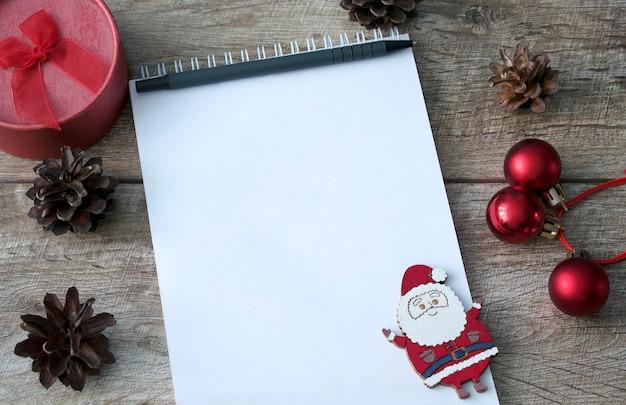 빈 종이 노트북 노트 펜 나무 소나무 콘 선물 상자 크리스마스 장식 새해 복 많이 받으세요