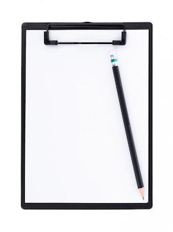 白い壁にスペースを持つ黒いクリップボードに白紙