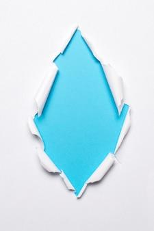青色の背景の空白の紙