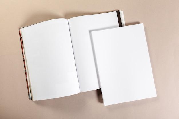 ベージュ色の背景にモックアップの空白の紙片