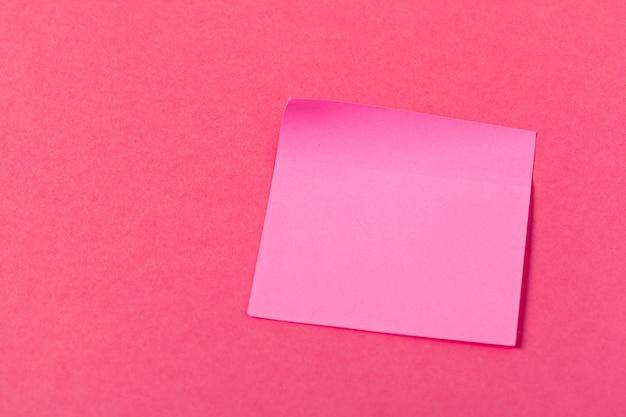 컬러 핑크 배경에 빈 종이 조각