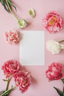 분홍색과 흰색 모란 튤립 꽃의 프레임에 빈 종이 시트 카드