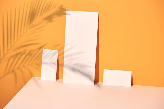 복사 공간과 햇빛 그림자가 있는 빈 종이 시트 카드