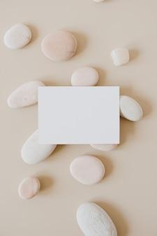 ベージュの石と白紙のシートカード