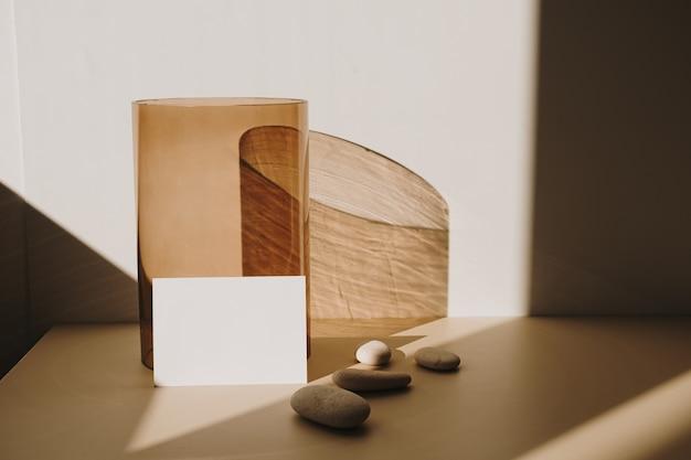 白地に日光の影と黄褐色のガラス管と白紙のシートカード