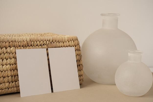 Карты листа чистого листа бумаги с красивой белой вазой. эстетический минимальный бизнес-шаблон.