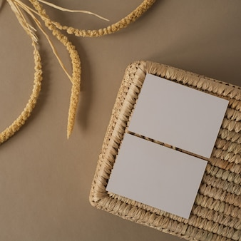 Пустые листы бумаги с ящиком для хранения из ротанга сухих ветвей растений